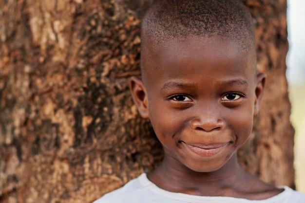 Close-up buźka afrykańskie dziecko na zewnątrz