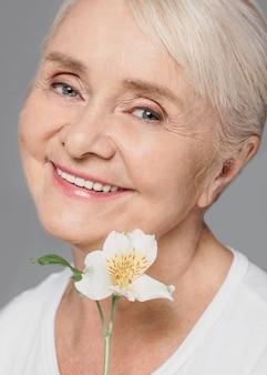 Close-up buźka kobieta trzyma kwiat