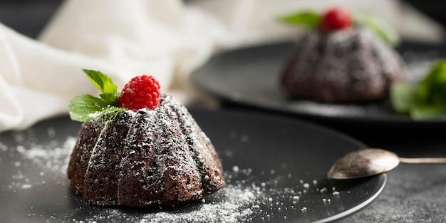 Close-up czekoladowy deser z cukrem pudrem