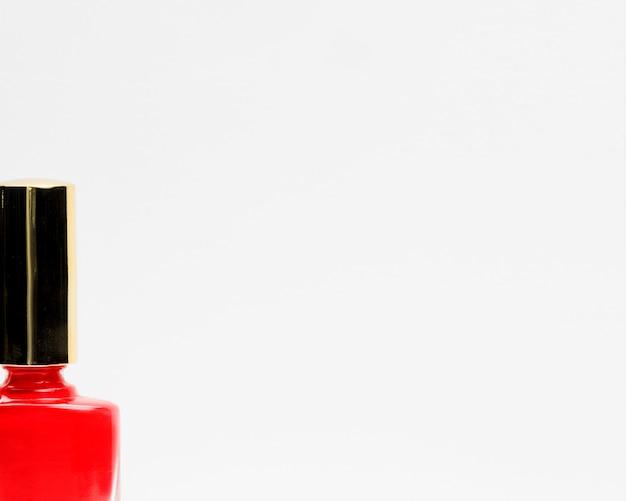 Close-up czerwony lakier do paznokci z białym tłem kopii przestrzeni