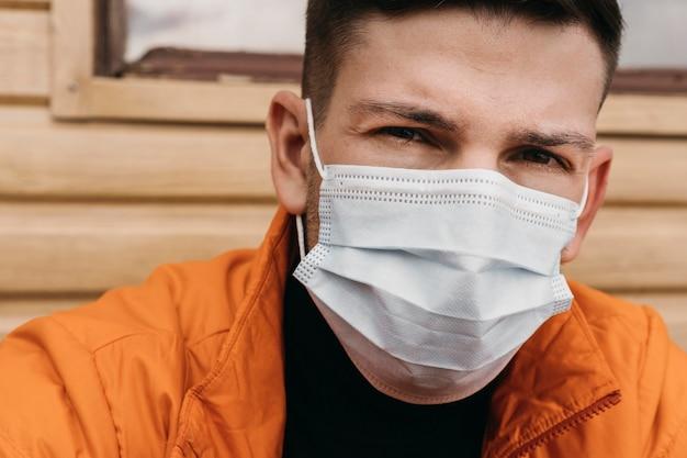 Close-up człowiek ubrany w maskę medyczną