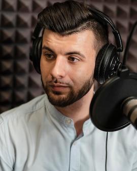 Close-up człowiek ubrany w słuchawki