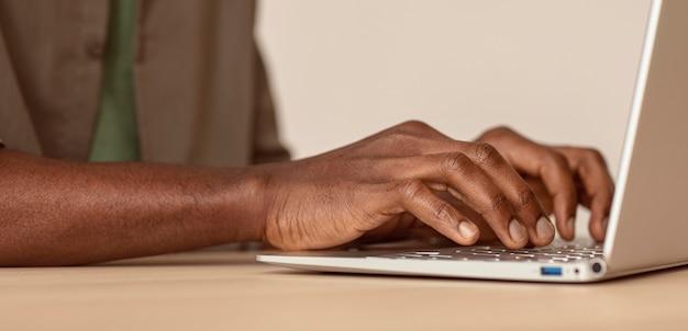 Close-up człowiek za pomocą swojego laptopa