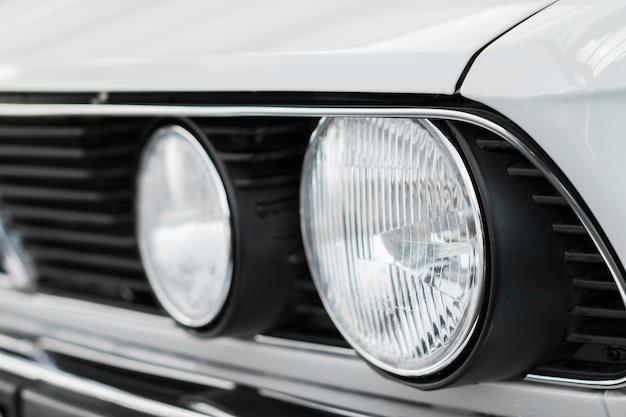 Close-up czysty stary biały samochód