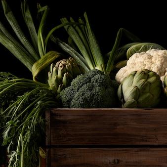 Close-up drewniane pudełko z warzywami