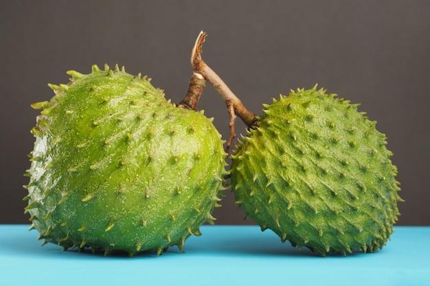 Close-up dwa dojrzałe owoce soursop