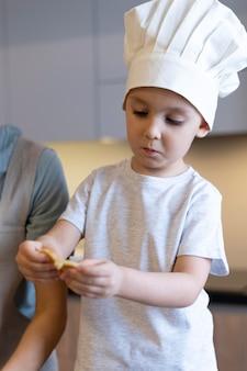 Close-up dzieciak na sobie kapelusz szefa kuchni