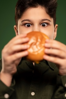 Close-up dzieciak trzyma pączek
