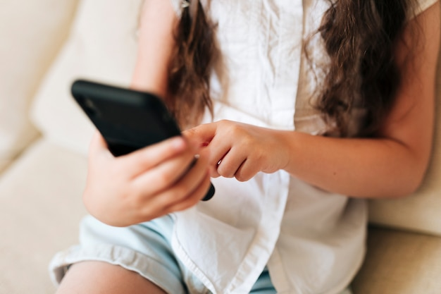Close-up dziewczyna trzyma smartphone