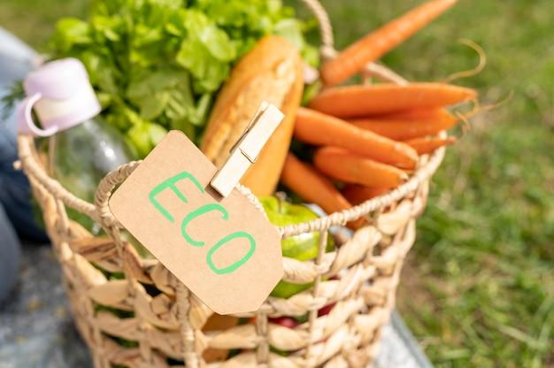 Close-up eko znak i kosz z artykułami spożywczymi