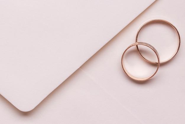 Close-up eleganckie obrączki ślubne