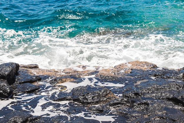 Close-up falista krystaliczna woda na brzegu morza