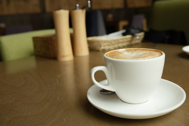 Close-up filiżanka kawy w kawiarni.