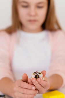 Close-up girl gospodarstwa gliniany przedmiot