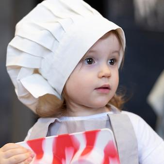 Close-up girl noszenie ubrania kucharza