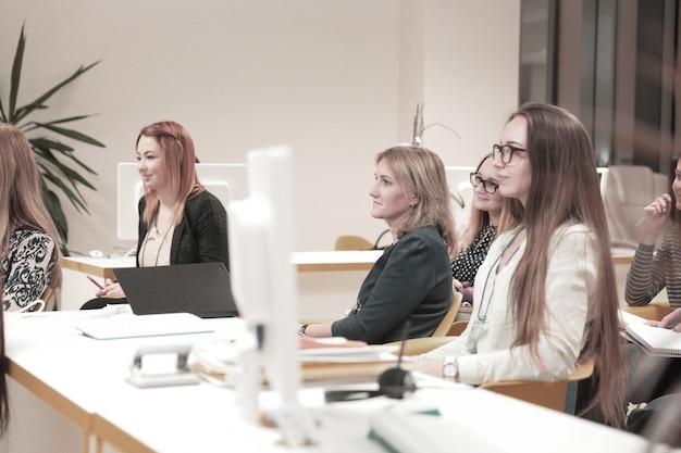 Close up.group ludzi biznesu na warsztatach