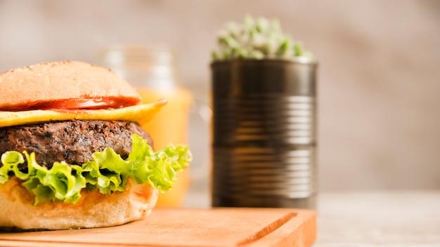Close-up hamburger na desce do krojenia