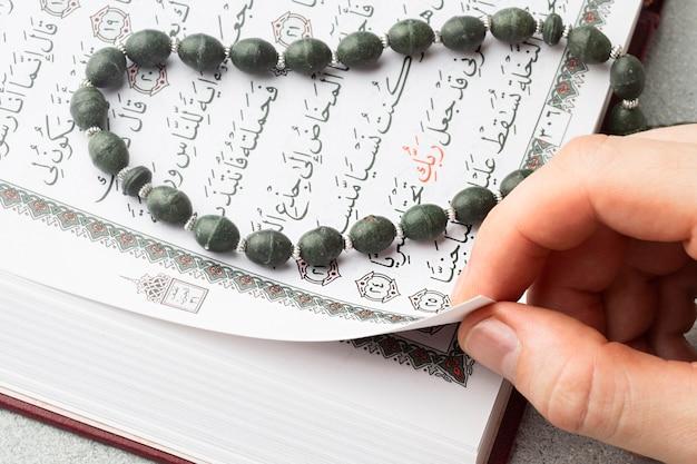 Close-up islamska książka koran z misbaha