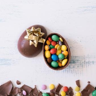Close-up jajko z cukierkami i łękiem
