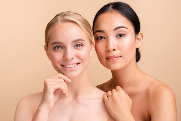 Close-up kaukaskich i azjatyckich modeli pozowanie razem
