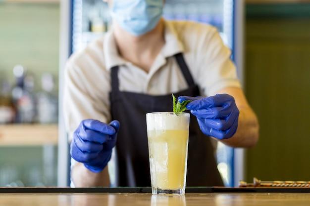 Close-up kelner z rękawiczkami i maską