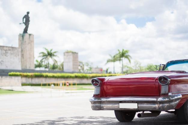 Close-up klasyczny samochód przed pomnikiem