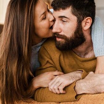 Close-up kobieta gryzie policzek mężczyzny