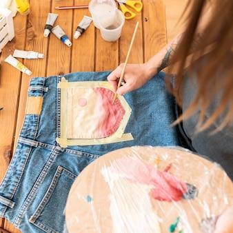 Close-up kobieta malowanie dżinsów