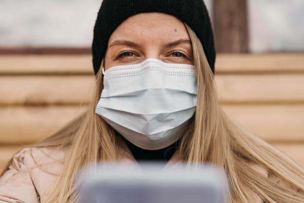Close-up kobieta nosi maskę medyczną