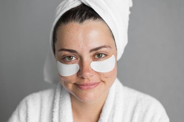 Close-up kobieta nosi opaski na oku
