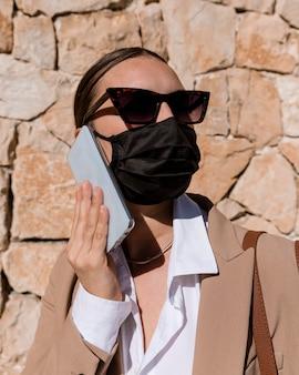 Close-up kobieta noszenie maski