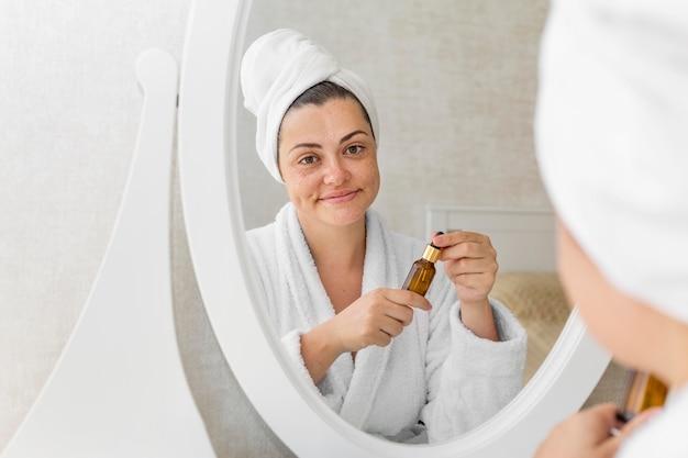 Close-up kobieta patrząc w lustro