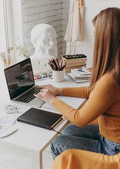 Close-up kobieta pracuje na laptopie
