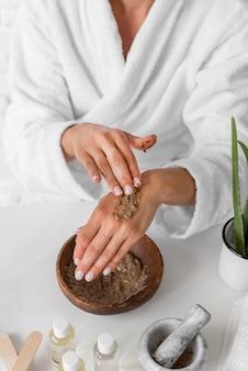 Close-up kobieta próbuje lekarstwa na ręce