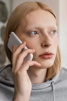 Close-up kobieta rozmawia przez telefon