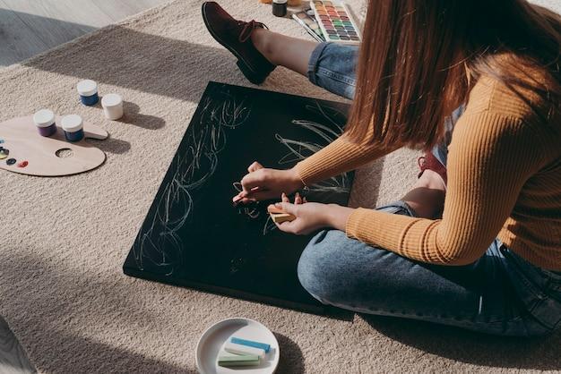 Close-up kobieta rysunek kredą