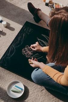 Close-up kobieta rysunek z kolorową kredą