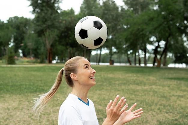 Close-up kobieta rzuca piłkę
