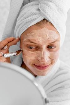Close-up kobieta stosując domowe lekarstwo