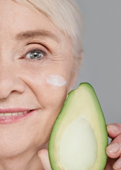 Close-up kobieta trzyma awokado
