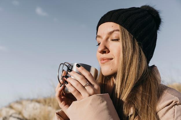 Close-up kobieta trzyma kubek