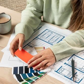 Close-up kobieta trzyma paletę kolorów
