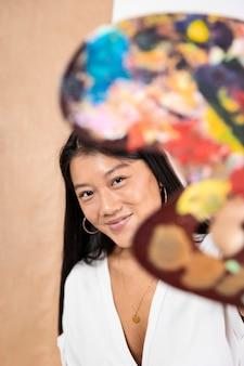 Close-up kobieta trzyma paletę
