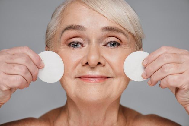 Close-up kobieta trzyma płatki kosmetyczne