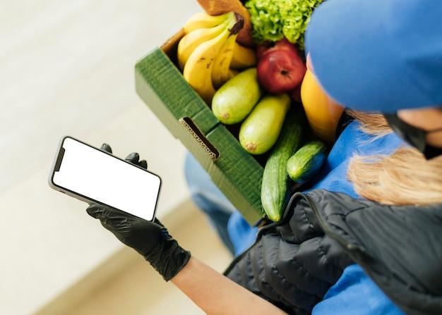 Close-up kobieta trzyma skrzynkę na żywność