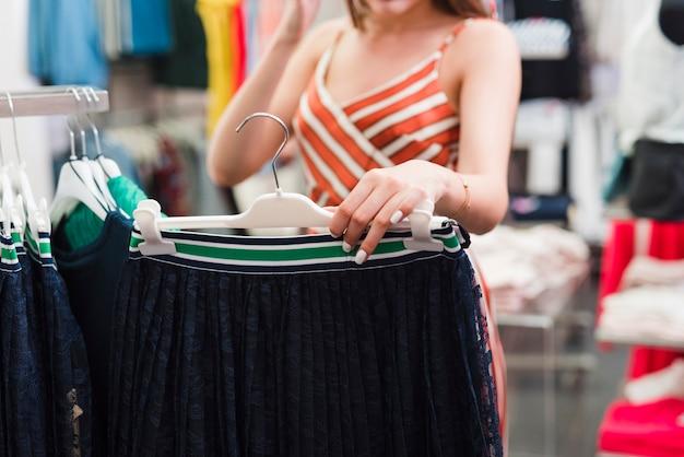 Close-up kobieta trzyma spódnicę