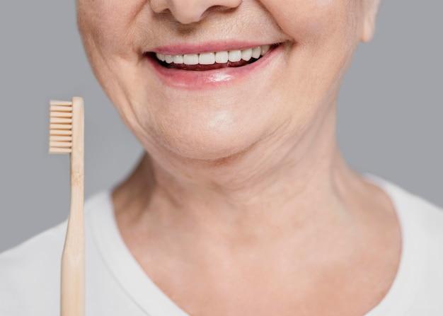 Close-up kobieta trzyma szczoteczkę do zębów