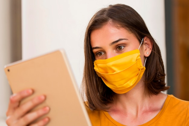 Close-up kobieta ubrana w żółtą maskę