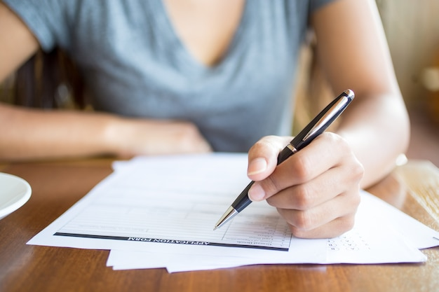 Close-up kobieta wypełnienie formularza wniosku