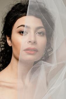 Close-up kobieta z białą zasłoną